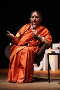 Vandana Shiva fala para o público brasileiro em evento na cidade de Porto Alegre (RS), em 2012